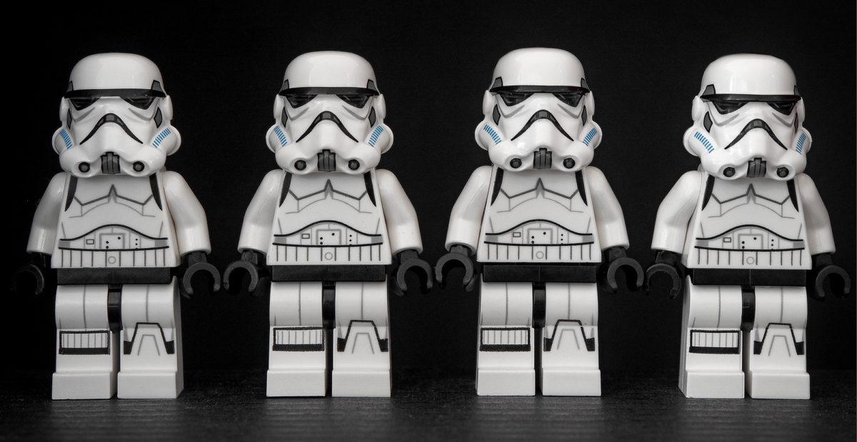 Foto: Vier identische Lego-Stormtrooper in einer Reihe