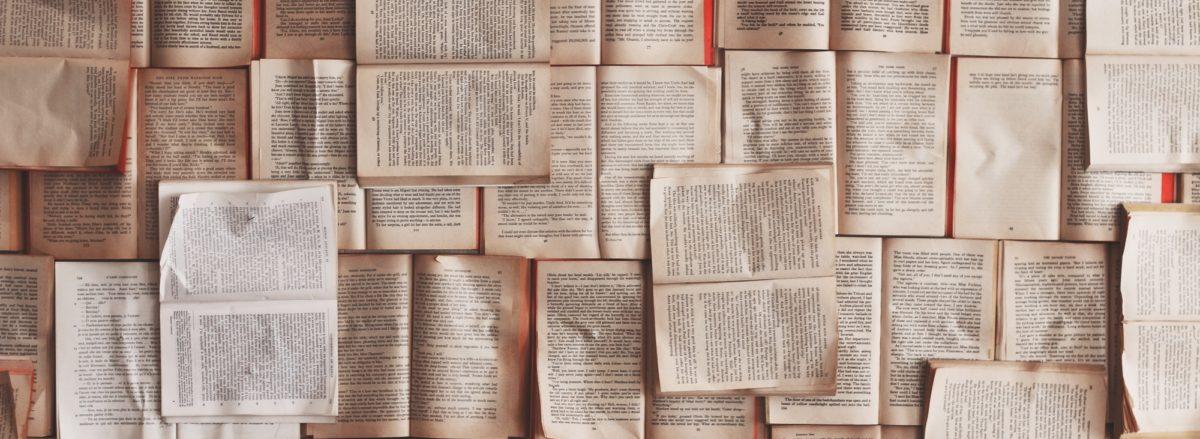 Foto: Viele aufgeschlagene Bücher