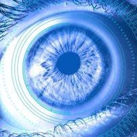 Bild: Menschliches Auge in Blautönen mit Nullen und Einsen im Hintergrund