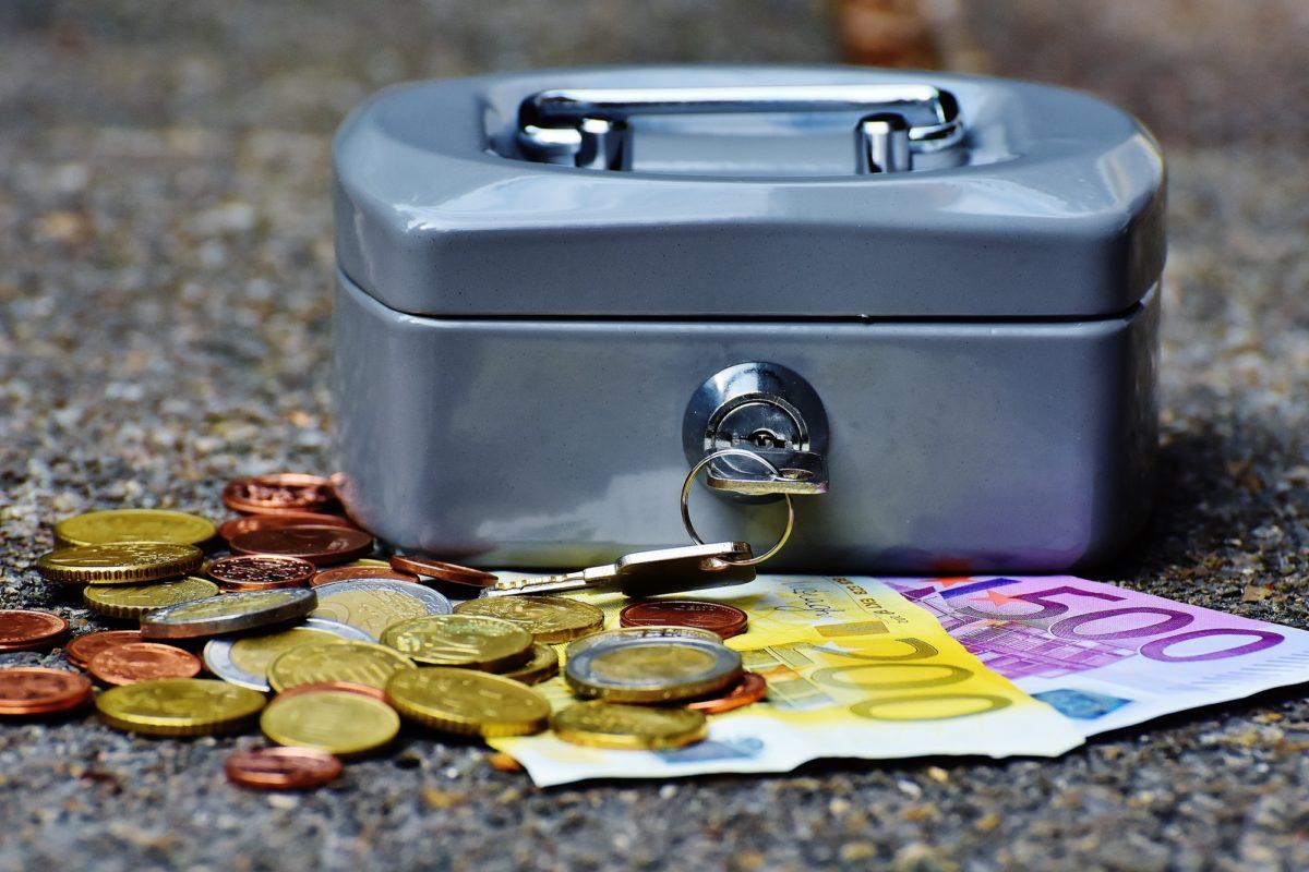 Foto: Kasse mit Euro-Bargeld (Münzen und Noten)