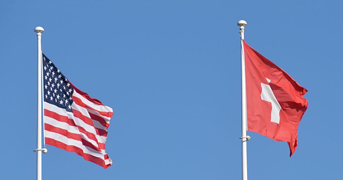 Foto: Wehende Flaggen der USA und der Schweiz