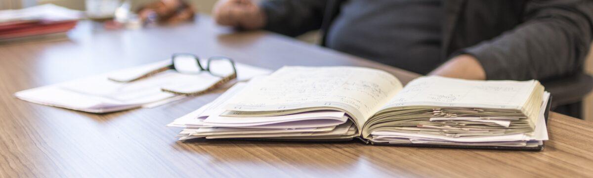 Foto: Papier-Agenda auf Schreibtisch