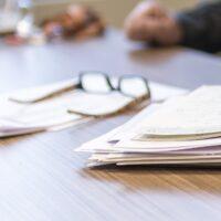 Foto: Brille und Papier-Agenda auf Schreibtisch
