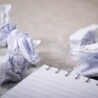 Foto: Papierblock und zusammengeknülltes Papier