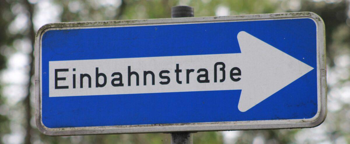 Verkehrsschild: Einbahnstrasse (Text)