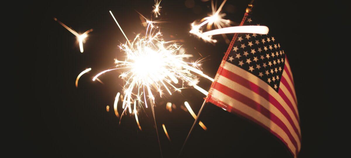 Foto: Amerikanische Flagge und brennende Wunderkerze